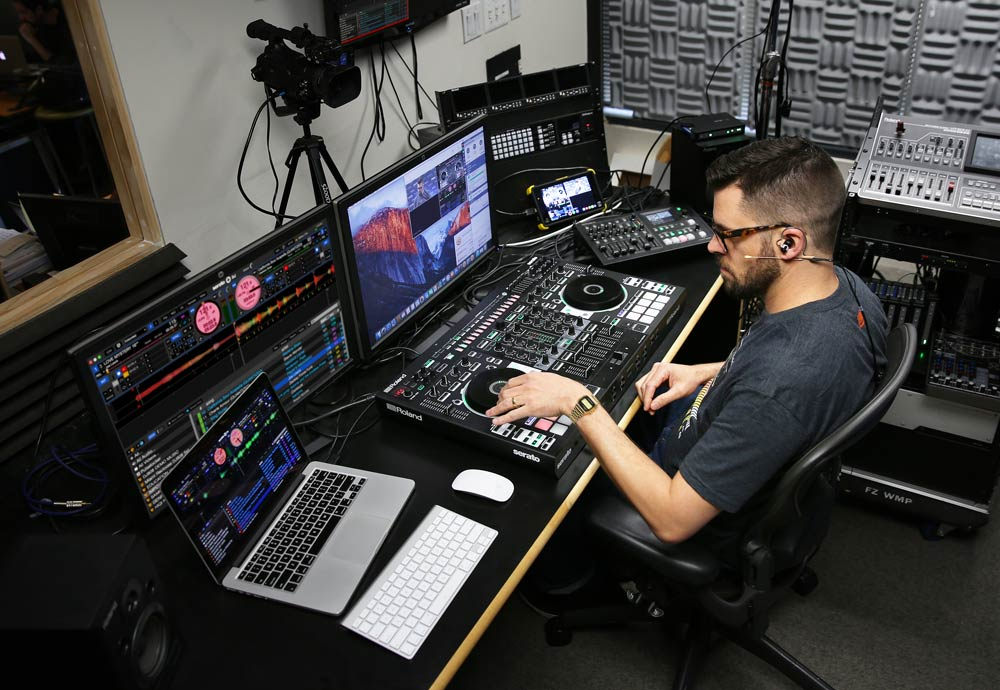 During each live DJ-808 training session, the instructor works with the DJ-808 and Serato DJ, and interacts with viewers via live chat, voice, and webcam.